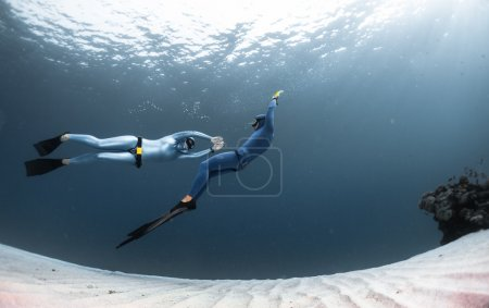 Two freedivers finning