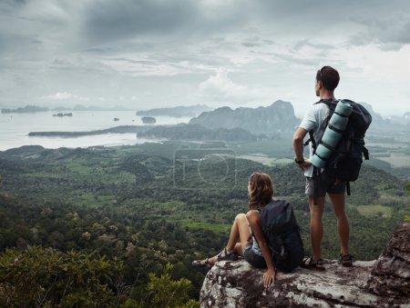 Photo pour Deux routards se relaxant au sommet de la montagne - image libre de droit