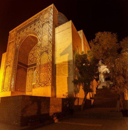 Photo pour Complexe oriental de bâtiments de Shah i Zinda la nuit, Samarkand, Ouzbékistan - image libre de droit