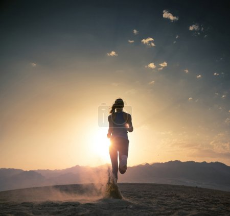Photo pour Young athlete running in the desert at sunset - image libre de droit