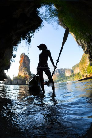 Jeune femme avec le kayak