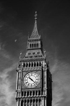 Photo pour Le tour de l'horloge à Londres, demi-lune sur sa gauche, en noir et blanc photographie, en Angleterre, Royaume-Uni - image libre de droit