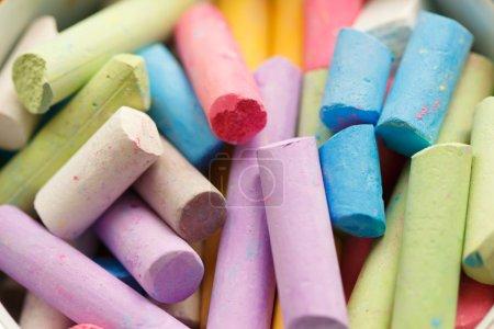 Photo pour Crayons de couleur colorés pour dessiner sur le close-up de chaussée - image libre de droit