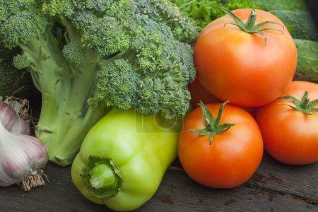 Photo pour Légumes crus biologiques sur la table en bois - image libre de droit