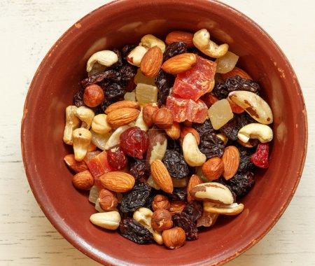 Photo pour Easy and healthy snack: nuts and dried fruits - image libre de droit