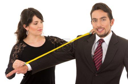 Photo pour Jeune belle femme tailleur concepteur prendre des mesures de clients masculins bras isolé sur blanc - image libre de droit
