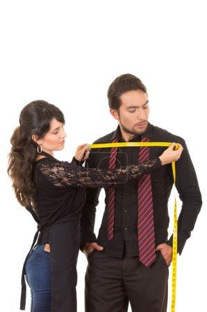 Photo pour Jeune belle femme tailleur concepteur prendre des mesures de clients masculins poitrine isolée sur blanc - image libre de droit
