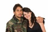 Junger militärischer Soldat kehrt zurück, um seine Frau-Freundin treffen