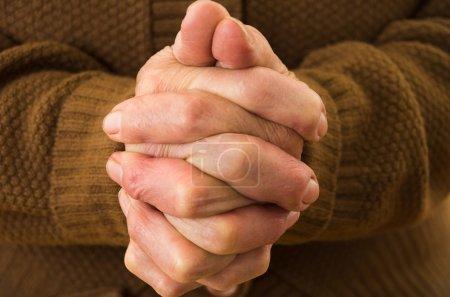 Photo pour Plan rapproché des mains des grands-mères priant ensemble - image libre de droit