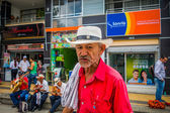 Unidentify einheimischer Mann, das Einkaufen in der Hauptgeschäftsstraße von Armenia, Kolumbien Kaffeeplantage funktioniert