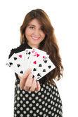 Krásná mladá dívka drží karty v ruce