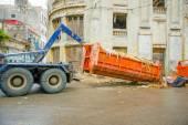 Havanna, Kuba - December 2., 2013: Hulladék gyűjtés jármű felvette volna szemét konténer az utcáról