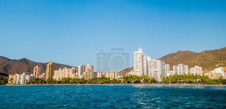 Photo pour Belle vue panoramique sur la plage de Rodadero à Santa Marta, Colombie - image libre de droit