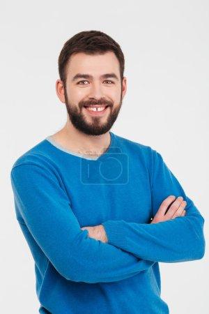 Photo pour Happy casual homme debout avec les bras repliés isolé sur un fond blanc - image libre de droit