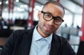 Detail portrét smějící se podnikatel v brýlích