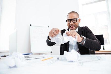 Photo pour Homme d'affaires en colère déchirant un document, un contrat ou un accord en fonction - image libre de droit