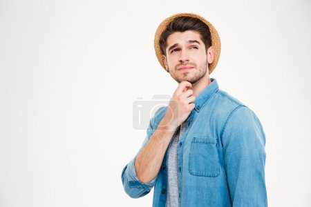 Photo pour Portrait d'un homme pensif occasionnel permanent isolé sur fond blanc - image libre de droit