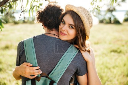 Photo pour Deux jeunes amateurs de hipster s'embrassant dans la forêt - image libre de droit
