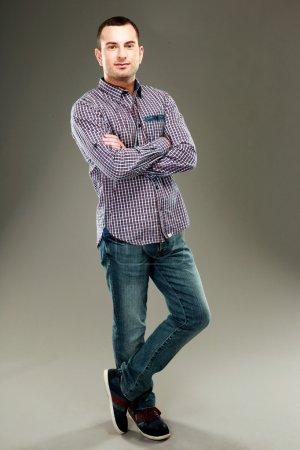 Photo pour Portrait complet d'un homme debout sur fond gris - image libre de droit