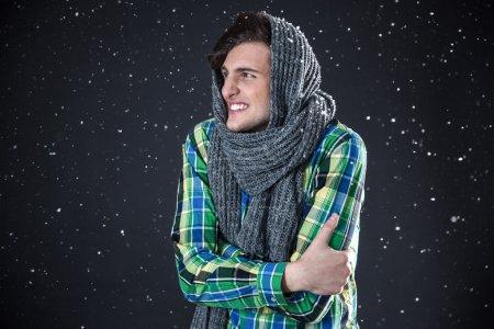 Photo pour Homme heureux debout avec de la neige sur le fond - image libre de droit