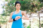 Happy sportovní žena pomocí chytré hodinky