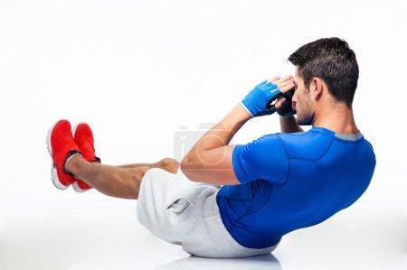 Photo pour Fitness homme faisant des exercices abdominaux isolés sur un fond blanc - image libre de droit