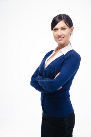 Photo pour Portrait d'une femme d'affaires heureuse debout avec les bras croisés isolés sur un fond blanc. Regardant la caméra - image libre de droit