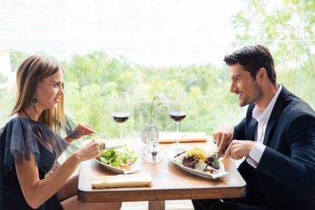 Photo pour Heureux beau couple déjeunant au restaurant - image libre de droit