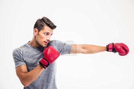 Photo pour Portrait latéral d'un bel homme boxant isolé sur fond blanc - image libre de droit