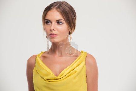 Photo pour Portrait d'une jolie femme élégante debout isolé sur un fond blanc - image libre de droit