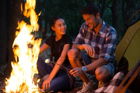 Photo pour Couple de saucisses frites sur feu de joie dans la forêt - image libre de droit