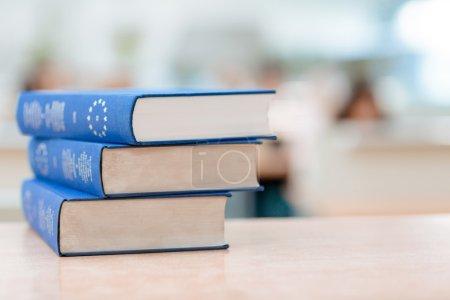Photo pour Trois livres bleus sont couchés sur la table - image libre de droit