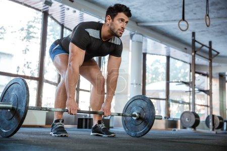 Athlet lifting barbell