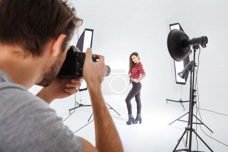 Photo pour Photographe travaillant avec modèle en studio avec softbox - image libre de droit