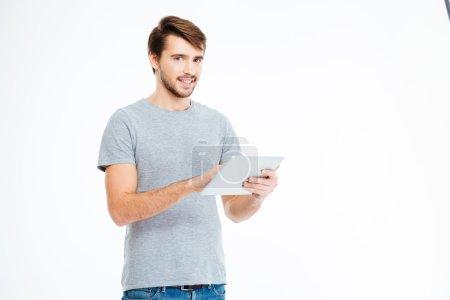 Glücklicher Mann mit Tablet-Computer