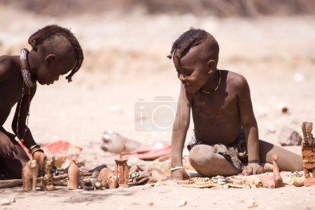 Photo pour AFRIQUE DU SUD, NAMIBIE, KUNENE : Les enfants Himba dans le village natal de la région de Kunene (anciennement Kaokoland) en Namibie, Afrique australe - image libre de droit