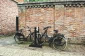 Jízdní kola u cihlové zdi
