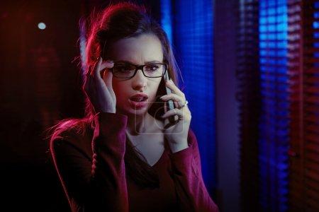 Photo pour Portrait d'une jeune curieuse, parler au téléphone - image libre de droit