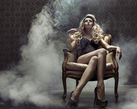 Photo pour Femme blonde sensuelle dans le lieu grunge rétro - image libre de droit