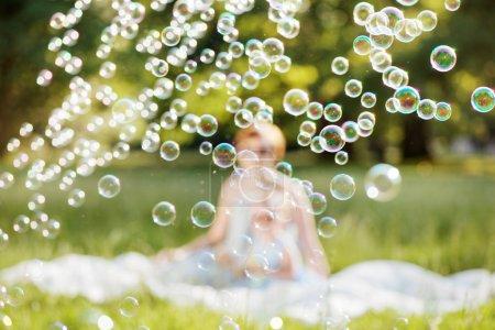 Photo pour Mère et fille temps de famille, souffler les bulles de savon - image libre de droit