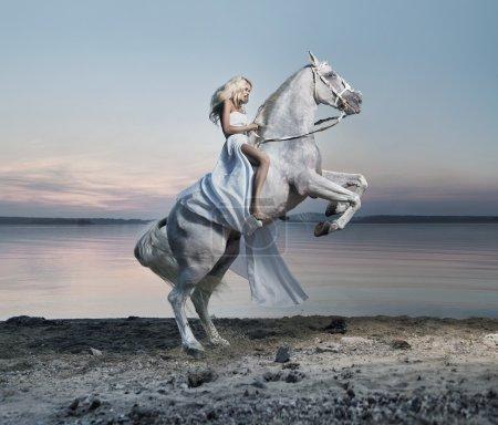 Photo pour Incroyable portrait de dame blonde sur le cheval - image libre de droit