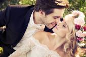 Romantische Szene des Küssens Ehe