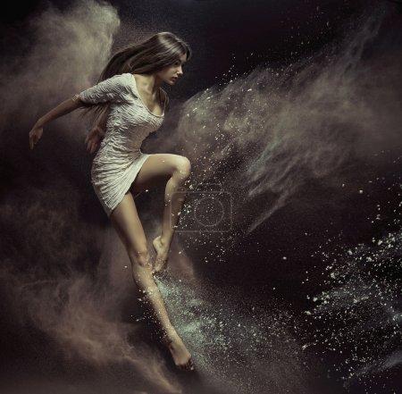 Photo pour Danseuse sauteuse pleine de poussière - image libre de droit