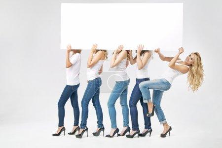 Photo pour Groupe de femme séduisante portant planche vide - image libre de droit