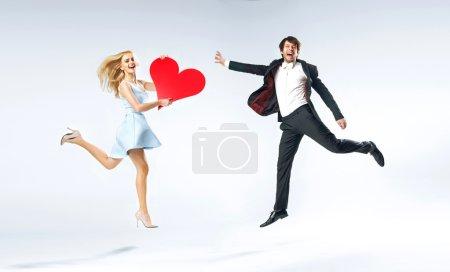 Photo pour Joyeux jeune couple pendant la Saint-Valentin - image libre de droit