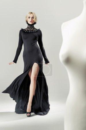Photo pour Dame blonde galbée et séduisante dans la robe noire - image libre de droit