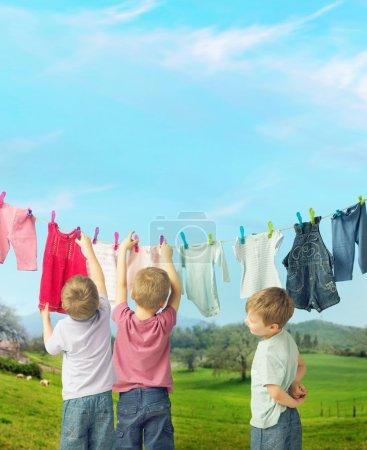 Photo pour Petits gosses mignons faisant la lessive - image libre de droit