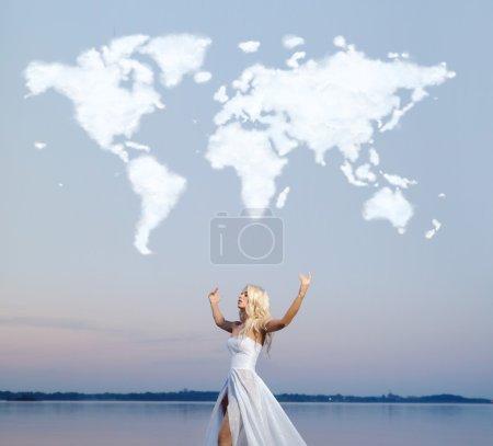Photo pour Femme attrayante sur la carte du monde nuage - image libre de droit
