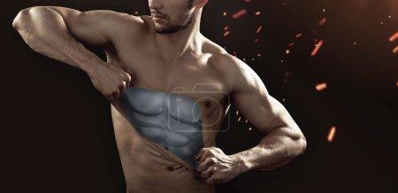 Photo pour Mannequin humain déchirant sa poitrine - image libre de droit