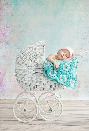 Photo pour Mignon enfant dormir dans l 'osier landau - image libre de droit